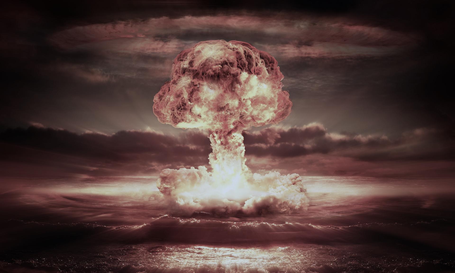 Obraz przedstawia wybuch kadrowy z widocznym na niebie charakterystycznym grzybem